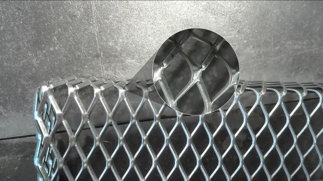 Pęknięte mostki w miejscu gięcia siatki
